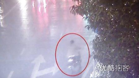 【拍客】女子被撞重伤昏迷众人相救肇事司机却趁乱逃跑
