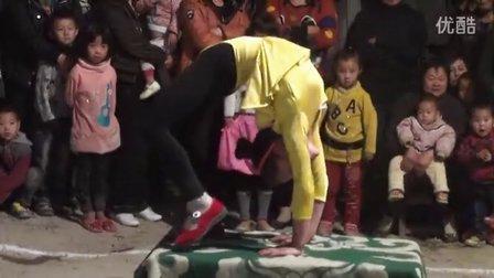 【拍客】实拍9岁女孩柔功表演