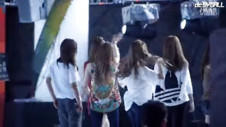 120825少女时代Yuri在中韩歌会彩排饭拍 挠痒痒狠挫