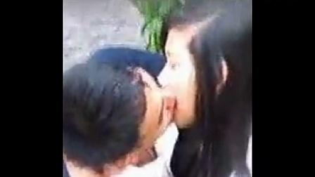 亲密的越南中学生情侣