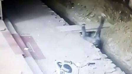 男子摔入深沟 监控记录下了这触目惊心的一幕  | Ranky  兰小奇