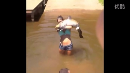 【冯导】国外女汉子赤手捕大鱼太厉害了