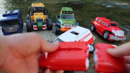 警车变压器 为孩子们的视频 汽车人 你好Carbot Tobot停车场玩 变形金刚 咕力 可可小爱