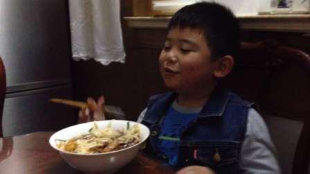 【6岁】10-10哈哈在外婆家吃红烧肉面IMG_9238
