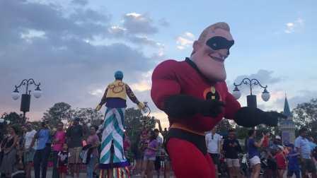 【快7岁】2-20哈哈跟妈妈在奥兰多迪士尼跟《超人总动员》超能先生跳舞07583