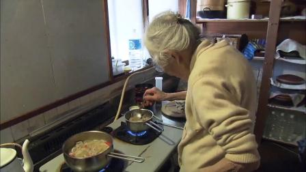 英子坚持要挪动餐桌,一定要在吃饭时能看见花开