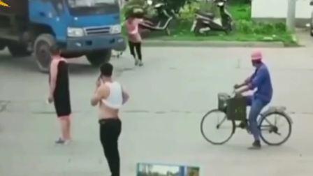 大妈扛着自行车钻进货车下 监控还原史诗级碰瓷!