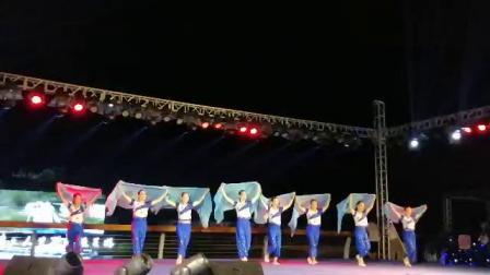 愉清乐乐客串歌伴舞《大海啊故乡》首演。北海翡丽湾新品发布会海边风雨中倾情演译。