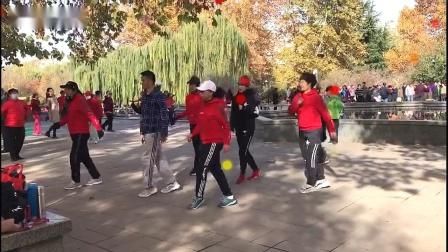 《乘风破浪》山东济南鹰峰曳舞团刘红团队广场曳步舞 2019-11-22