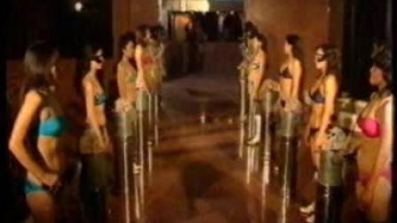 一群红衣斗篷比基尼反派女娄娄们最后都被杀