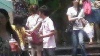 实拍 杭州街上一群促销员伸咸猪手猥亵单身90女生胸部