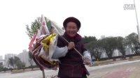 """【拍客】惠州八旬阿婆为生活废墟寻""""宝"""""""