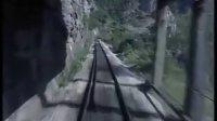 悬崖峭壁上的希腊铁路线前方展望