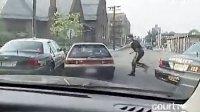 美国:偷车贼冲撞警车,亡命逃窜撞车