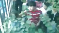 【手机拍客】枣庄15中门口,学生殴打城管