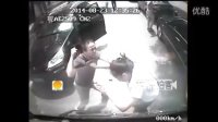 """[拍客]""""卡宴男""""当街暴打公交女司机引公愤 只因公交车未能倒车为其让路"""