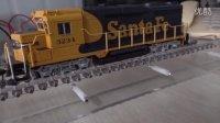 美国内燃机车模型在自制的火车模型跑步机上的运行视频