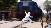 印度阿三铁路上又开挂,玩的就是心跳