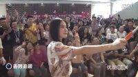 【拍客】女神刘亦菲现身西安欧亚学院玩自拍