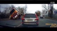 俄罗斯战斗民族车祸视频合集集锦20151104,行车记录仪拍下最新违章驾驶发生的交通事故瞬间!