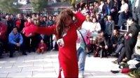 天津水上公园:搞笑花絮(1)女游客与红衣假美女的搞笑