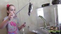 女孩用老鼠喂食的宠物蛇