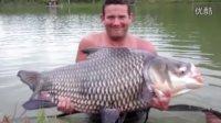 男子用玉米粒在泰国钓上120磅重巨型鲤鱼