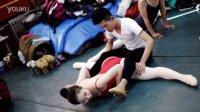 济南舞蹈艺考生互助进行高难度动作热身