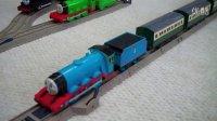 【奇趣箱】超强马力托马斯小火车,轻松拖16节车厢跑轨道过山洞
