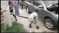 实拍:巨蟒死死咬着轮胎 被俩男子狠狠拉扯下来