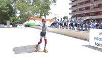 印度小女孩再创溜冰低杆新纪录