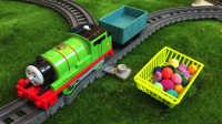 【奇趣箱】培西小火车在多多岛上巡逻,差点被铁轨上的橡皮泥绊倒,培西怎么办?