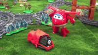 【奇趣箱】托马斯小火车躲到橡皮泥里,超级飞侠来帮忙,看看乐迪和小爱拆出了哪个小火车?