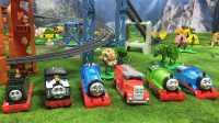 【奇趣箱】6个托马斯小火车在多多岛欢快地奔跑,螺旋轨道、穿山洞、悬崖峭壁,真好玩。