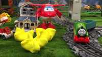 【奇趣箱】托马斯小火车和超级飞侠乐迪一起拆橡皮泥,猜猜他们拆出了什么好玩的玩具(第二集)