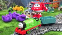 【奇趣箱】托马斯小火车和超级飞侠乐迪一起拆橡皮泥,拆出了好玩的消防车积木。
