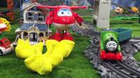 『奇趣箱』托马斯小火车和超级飞侠乐迪一起拆橡皮泥,拆出了好玩的直升飞机积木。