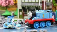 『奇趣箱』爱分享的托马斯,托马斯小火车分享小蘑菇给赛车总动员小汽车和他的好朋友啦!