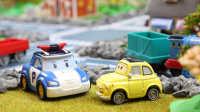 『奇趣箱』变形警车珀利找赛车总动员卡布帮忙寻找托马斯小火车,卡布找了好久才找到托马斯,为什么呢?