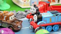 『奇趣箱』托马斯小火车和赛车总动员小汽车准备母亲节礼物、培西搬运橡皮泥两集连播。