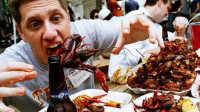 外国人到底吃不吃小龙虾 看完简直惊呆了