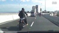 监控实拍:摩托骑士追尾轿车 被撞飞高架桥下恐怖瞬间...