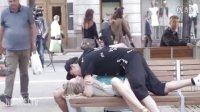 情侣假装互不认识在路人面前接吻