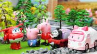 『奇趣箱』小猪佩奇 超级飞侠 变形警车珀利 托马斯小火车 乔治和佩奇玩捉迷藏被恐龙困住,超级飞侠救出乔治!