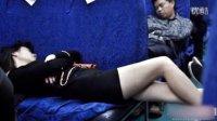 【妹纸在火车上这么睡觉  让别人怎么办啊】搞笑视频