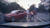 监控实拍:真能装逼!父女马路遭剐蹭 反被打耳光...