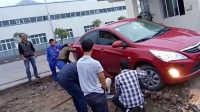 近日丹凤县华茂牧业员工开车不慎陷泥坑,通过大家的帮助终于出来了
