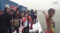 黑妹在哈工会码头为广州.东山冬泳协会的冬泳朋友表演,2016年11月10日