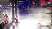 监控实拍:雨天路滑 大货车失控漂移秒杀电车女...