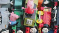 飞燕传媒 小猪佩奇裁判出奇蛋托马斯火车拉力赛速度王 最快的火车8 玩具测评视频
